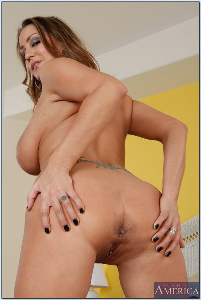 Страстная домохозяйка с большими сиськами хочет трахаться