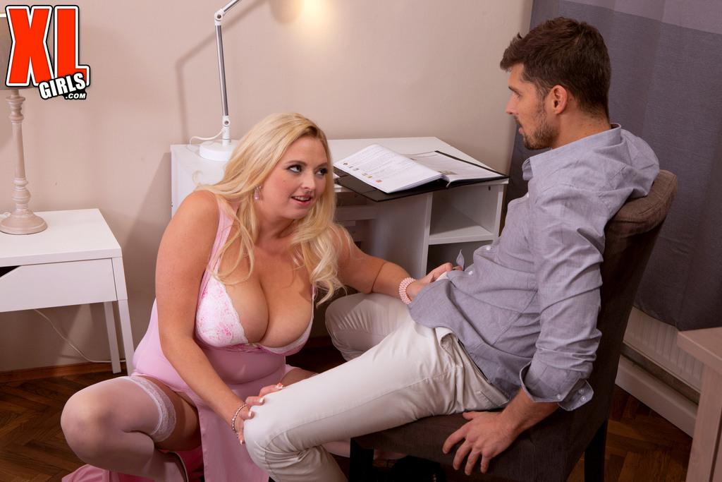 Толстая блондинка зажимает половой член большими дойками