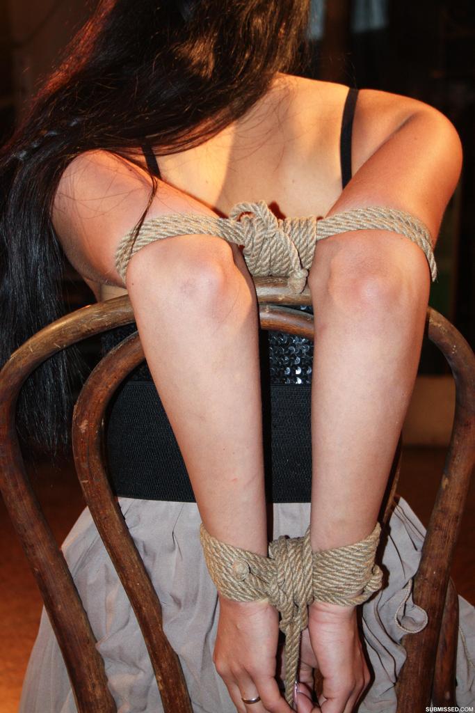 БДСМ для брюнетистой девицы с упругими сиськами