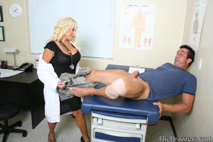 Медсестра с большими дойками налезла на член пациента