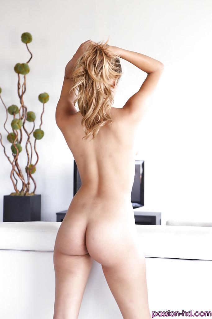 Небритая киска и упругие сиськи смазливой сучки Sophia Leone