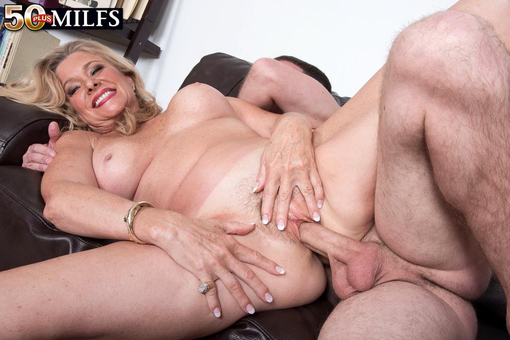 После анального секса старушка наглоталась спермы