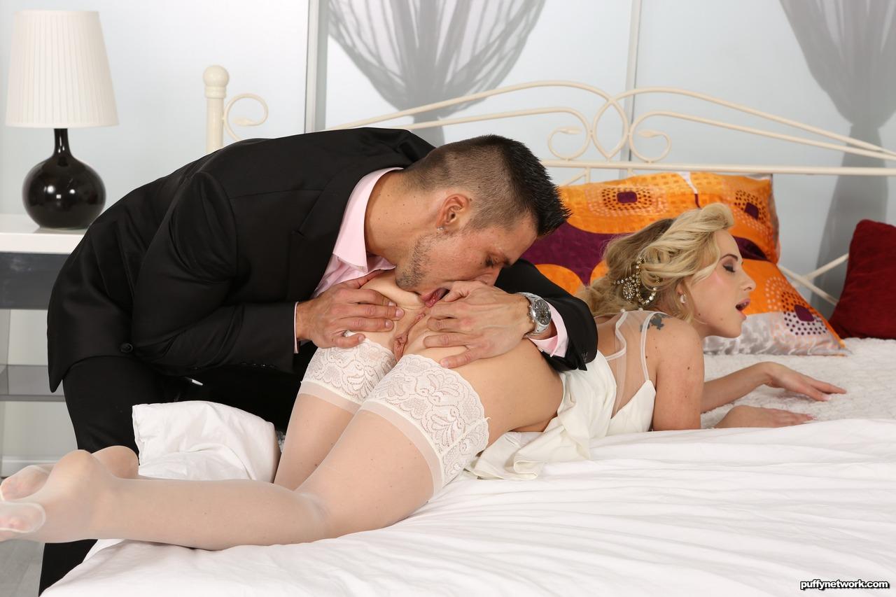 Красотка в свадебном платье получила член в рот и в задницу
