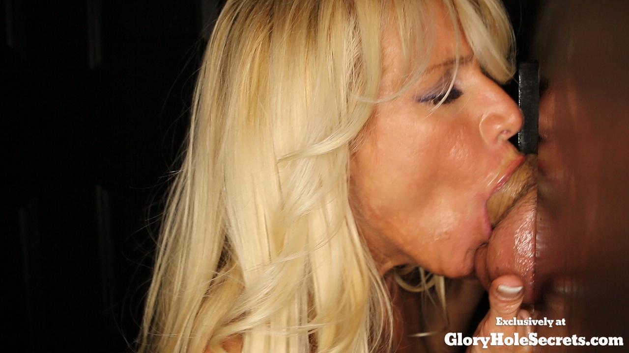 Женщина сосет хуи через дырку в стене и глотает сперму