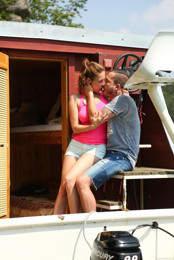 Приятно заниматься сексом с молодой  грудастой девушкой на яхте