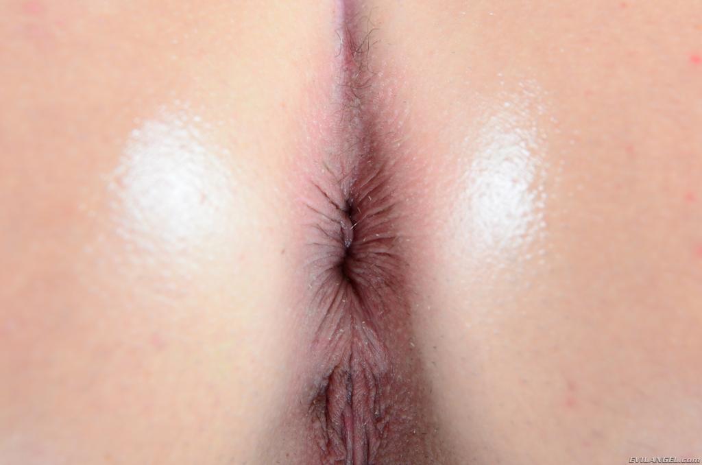 Изумительная рыжая сучка в сетчатых чулках становится в позу раком