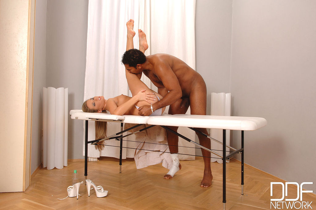 Фут фетиш для темнокожего мужика на массажном столе
