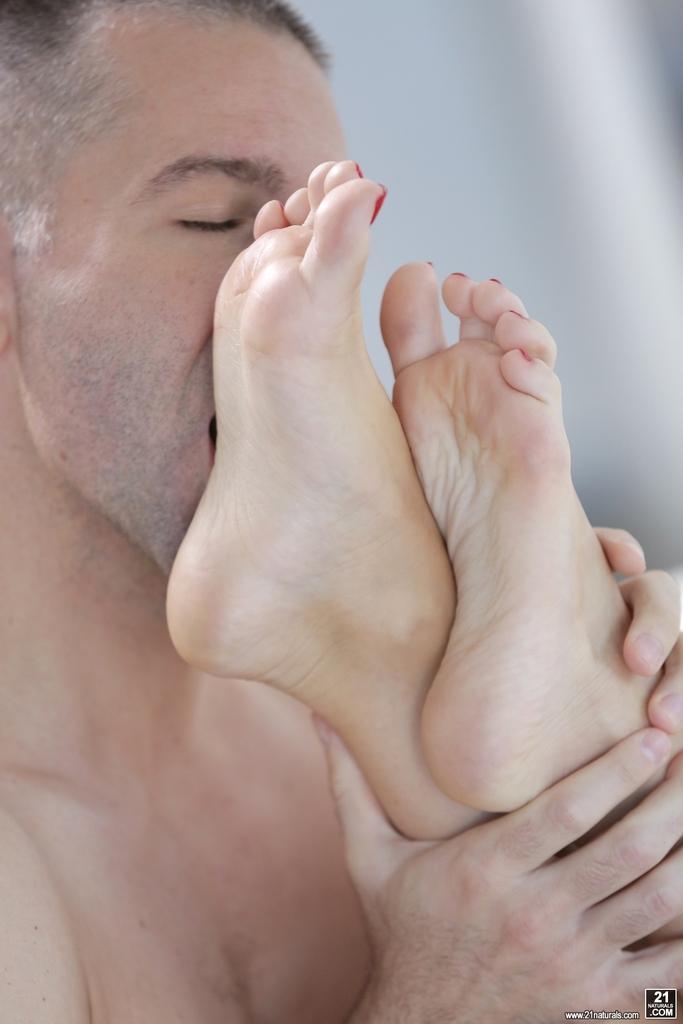 Мужик облизывает красивые ножки блондинки Kiara Lord во время ебли