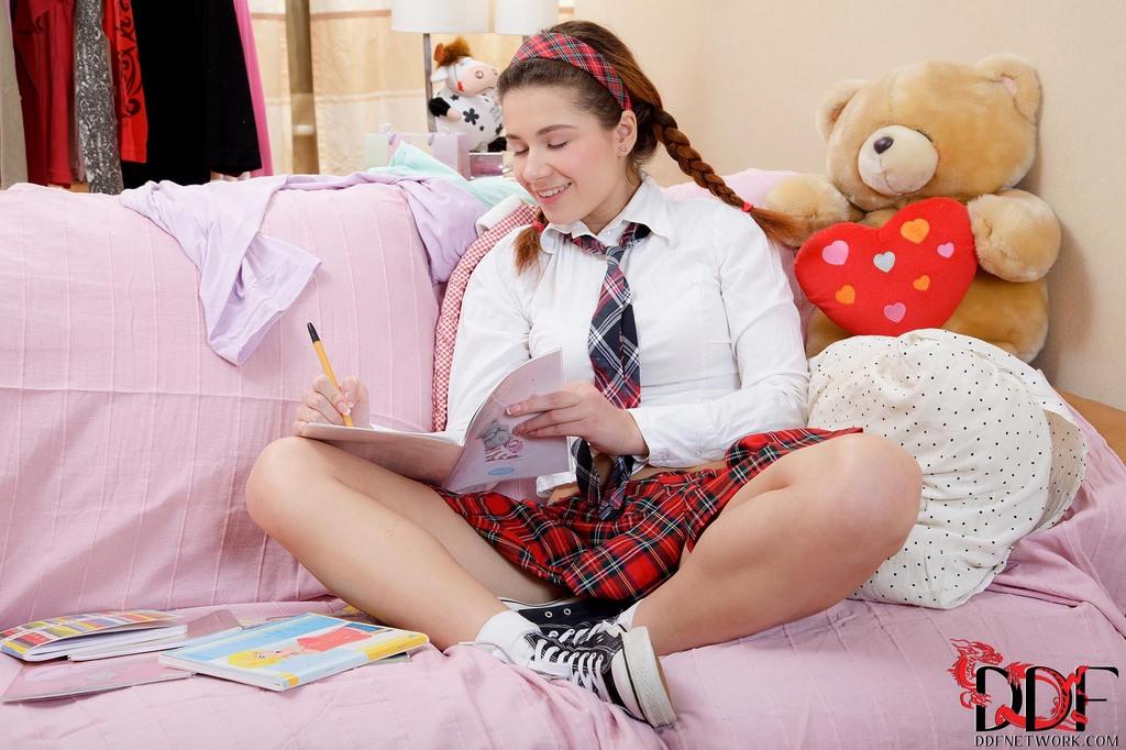 Молоденькая студентка разрабатывает тугой анал секс игрушкой