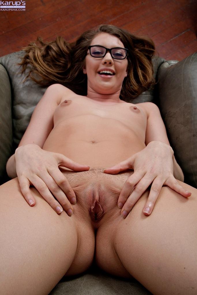 Плоскогрудая девица в очках трогает пальчиками гладенькую киску