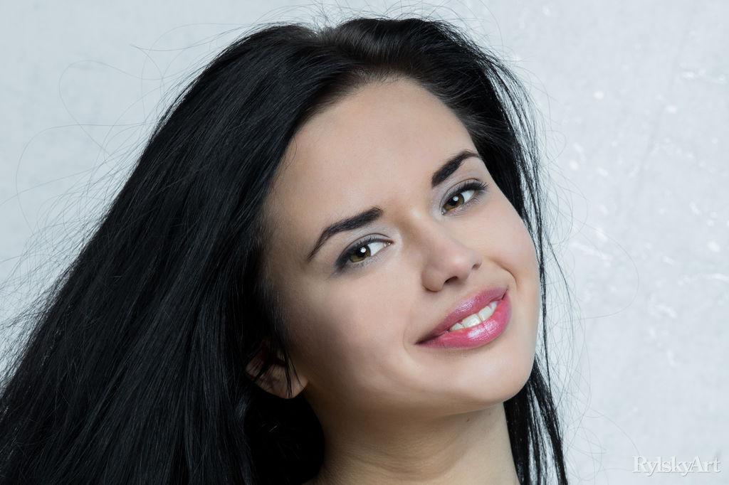 Молодая и сексуальная девушка с волосатой киской