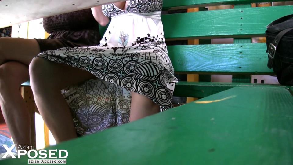 Откровенная тётка показывает сиськи в общественном месте