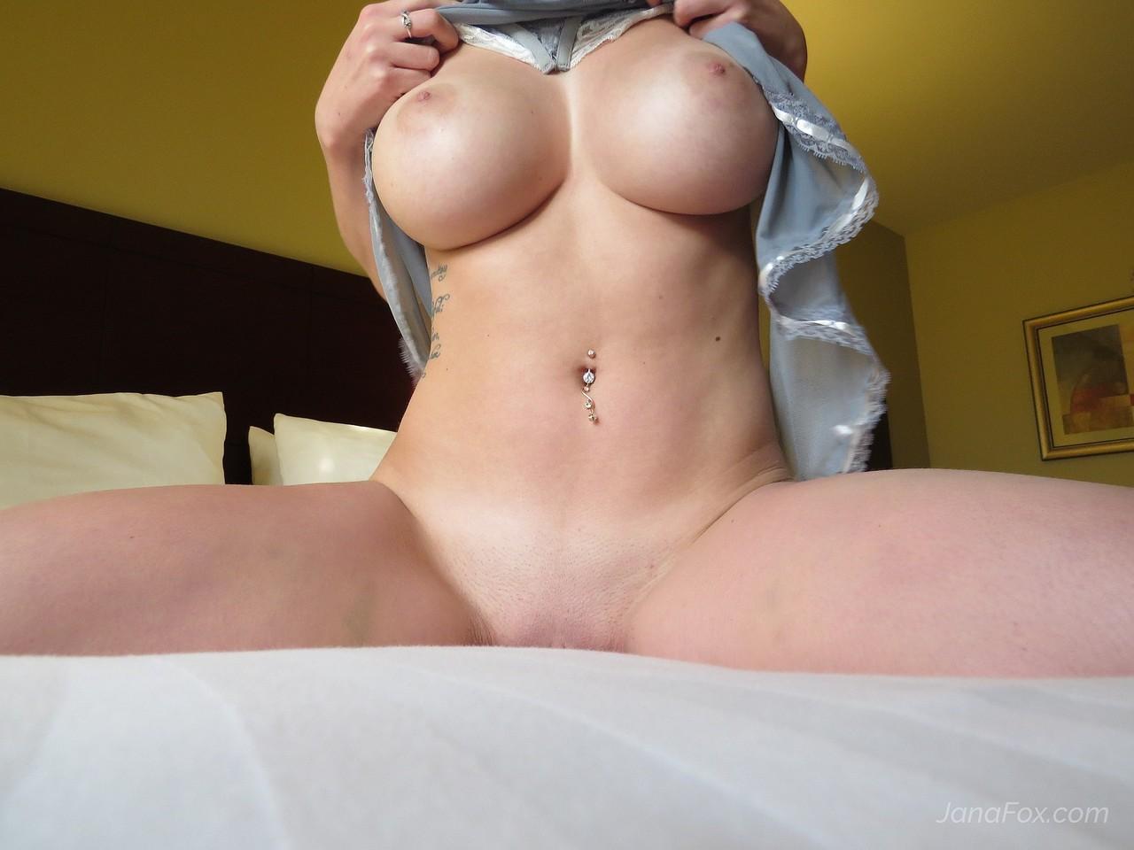 Анальная мастурбация в спальне от красавицы с шикарными дойками