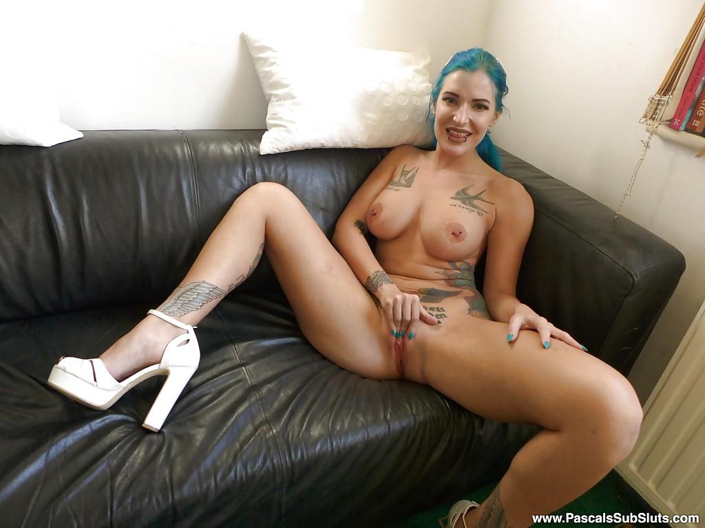 Любительские фото татуированной девушки в шикарном нижнем белье