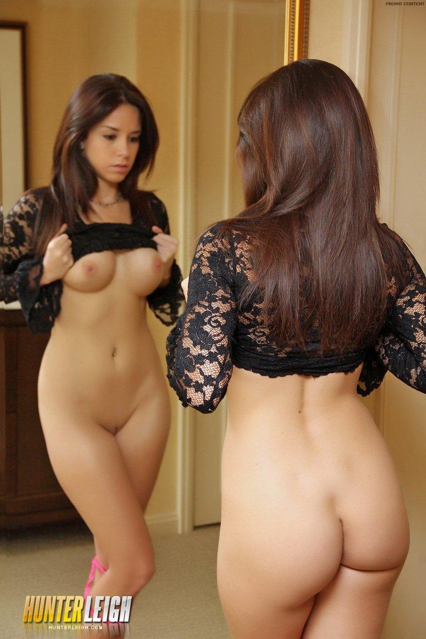 Любительские фотографии голенькой красавицы перед зеркалом