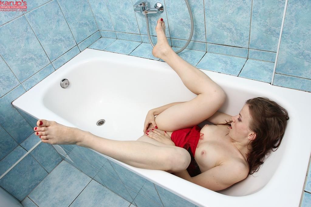 Стимулирует влагалищную дырочку в ванной комнате