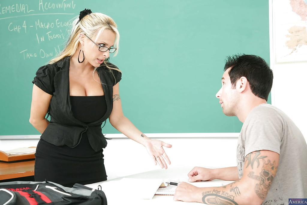 Большегрудая преподавательница зажигает со студентом в аудитории