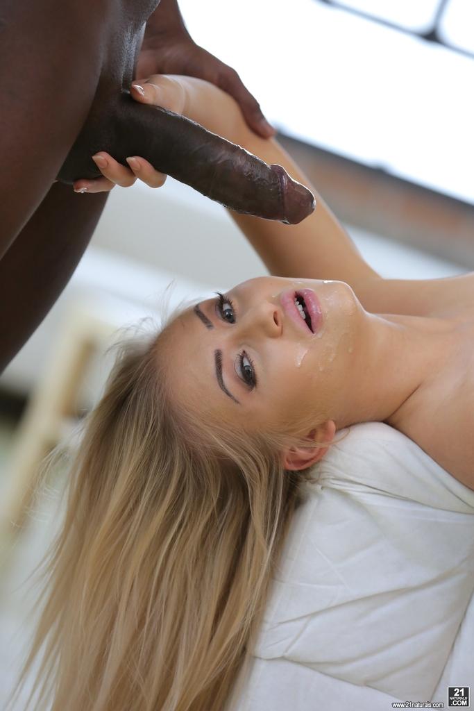 Вагинальная ебля стройной блондинки и чернокожего чувака