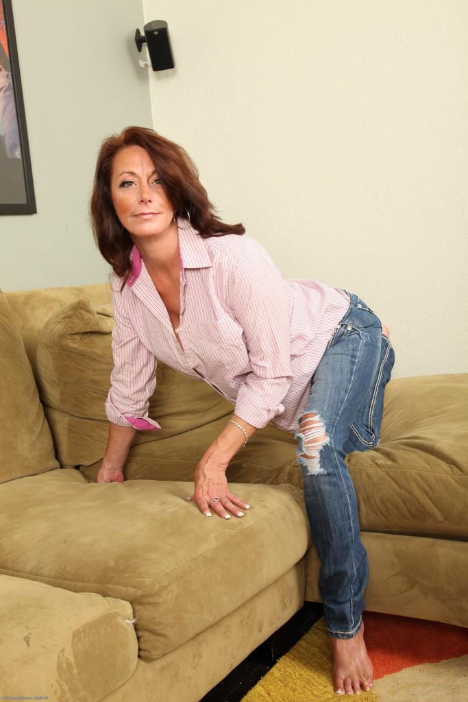 Зрелая женщина с обвисшими сиськами снимает драные джинсы и раздвигает писю