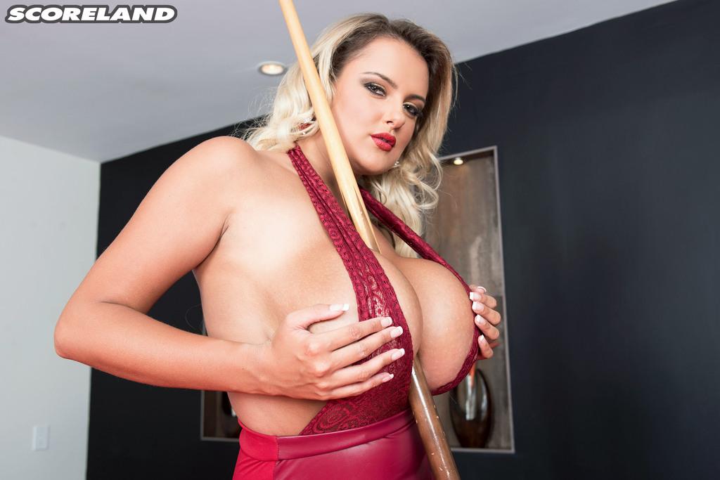 Шикарная блондинка с большими дойками играет в бильярд