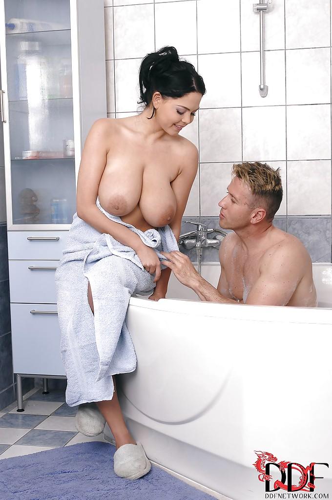Сексуальные развлечения с большегрудой потаскушкой в ванной