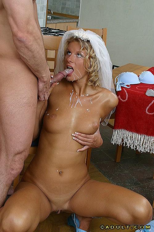 Завалил жене в рот на кухне и кончил на лицо и грудь