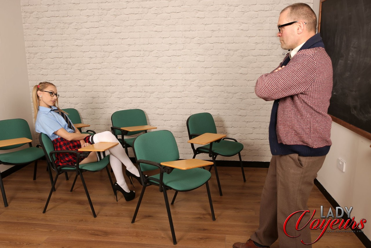 Мужик дрочит член, глядя на фигуристую студентку в очках