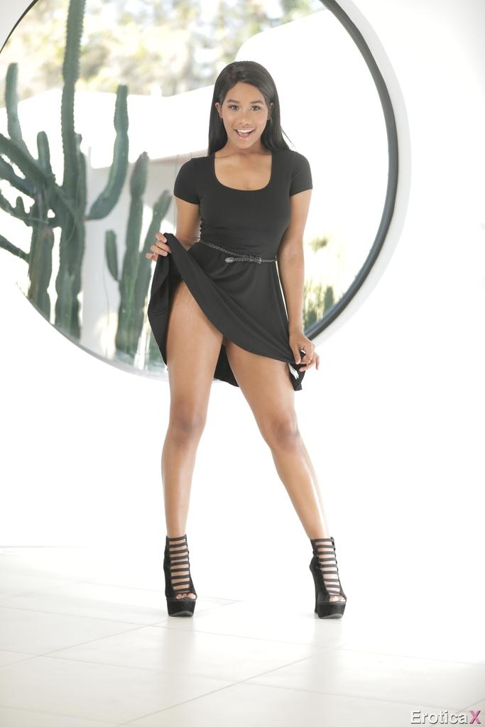 Улыбчивая темнокожая девушка Jenna Foxx с обвисшей грудью