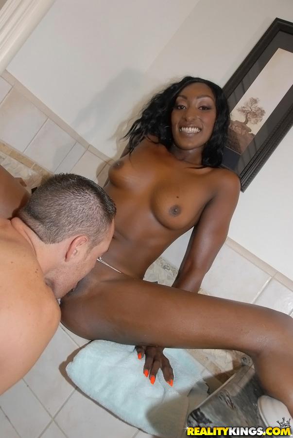 Чернокожая Jaydan Rose подставляет большую задницу для спермы после секса в ванной