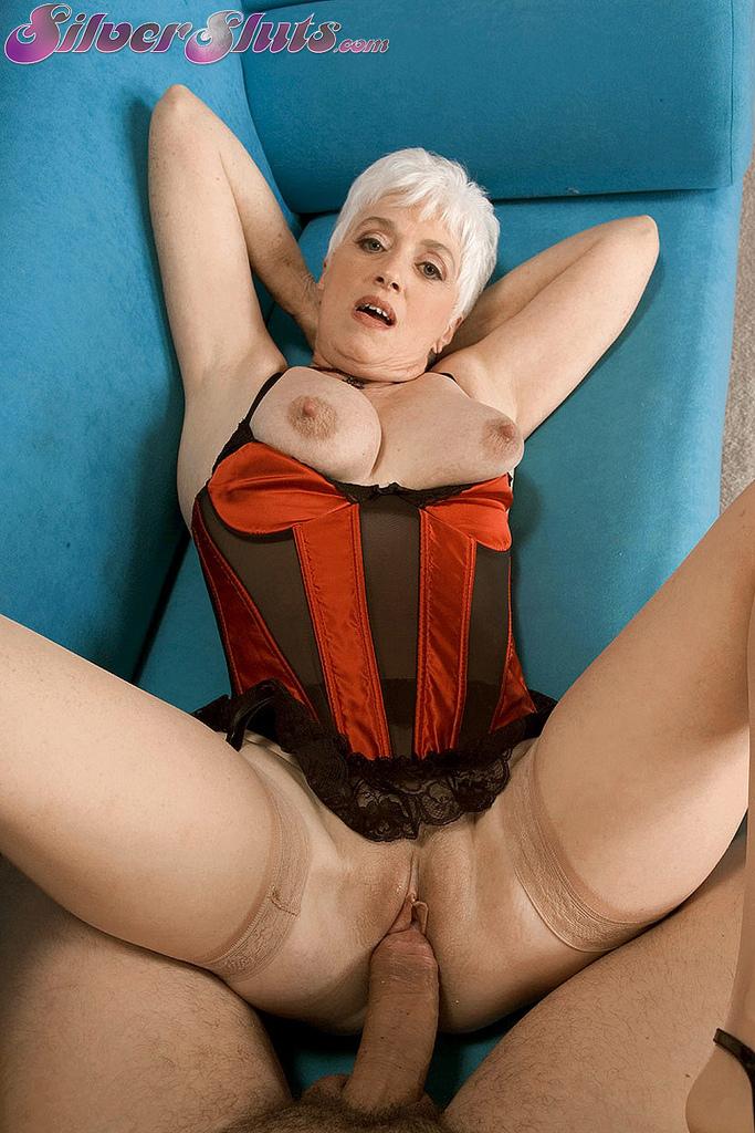 Старая блондинка в телесных чулках налезла на член любовника
