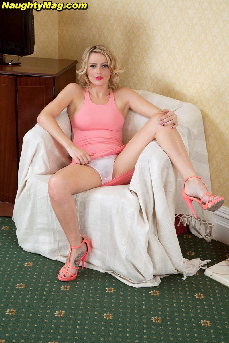 Довольная Ванесса Скотт демонстрирует волосатую пизду из под трусов