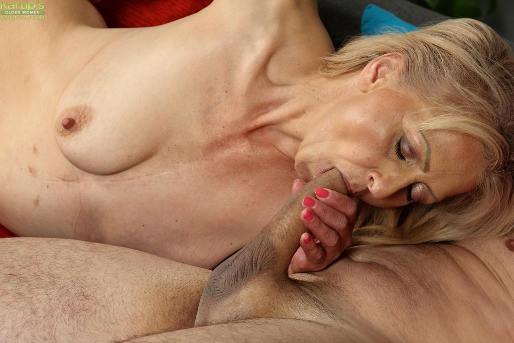 Старуха с волосатой дыркой заглатывает в рот член любимого мужа