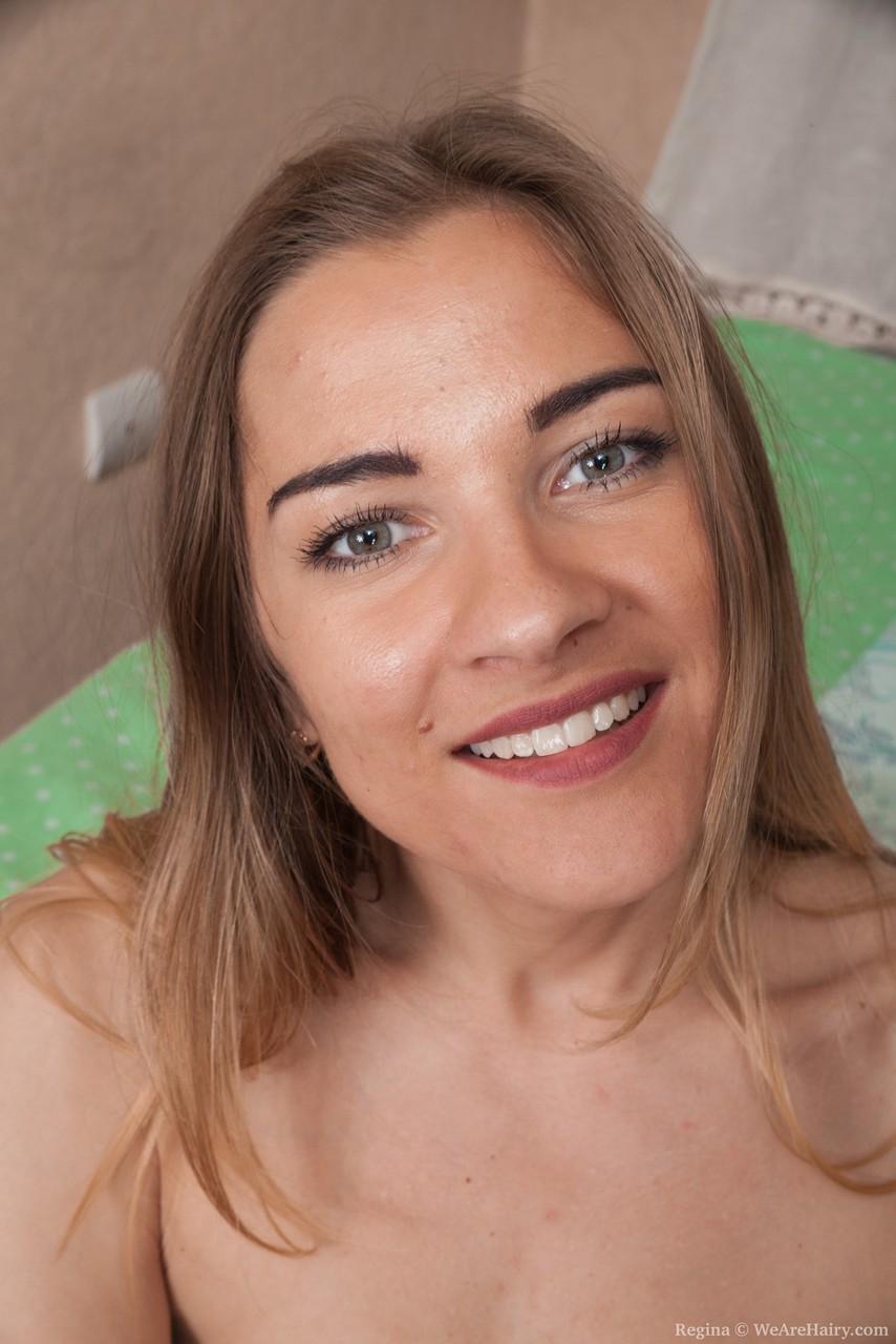 Худая девушка с обвисшими сиськами и небритой пиздой