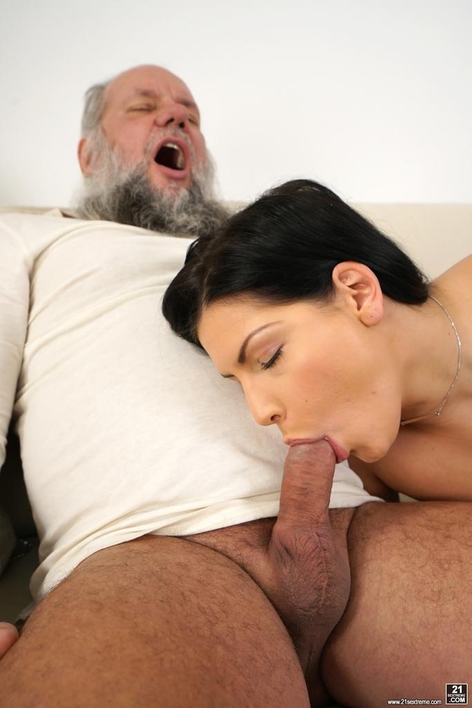 Молодая брюнетка соснула хуй старого деда перед совокуплением