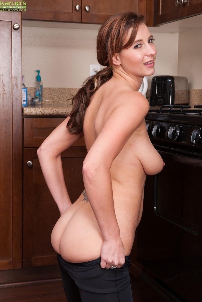 Сладострастная красавица занимается мастурбацией на кухне