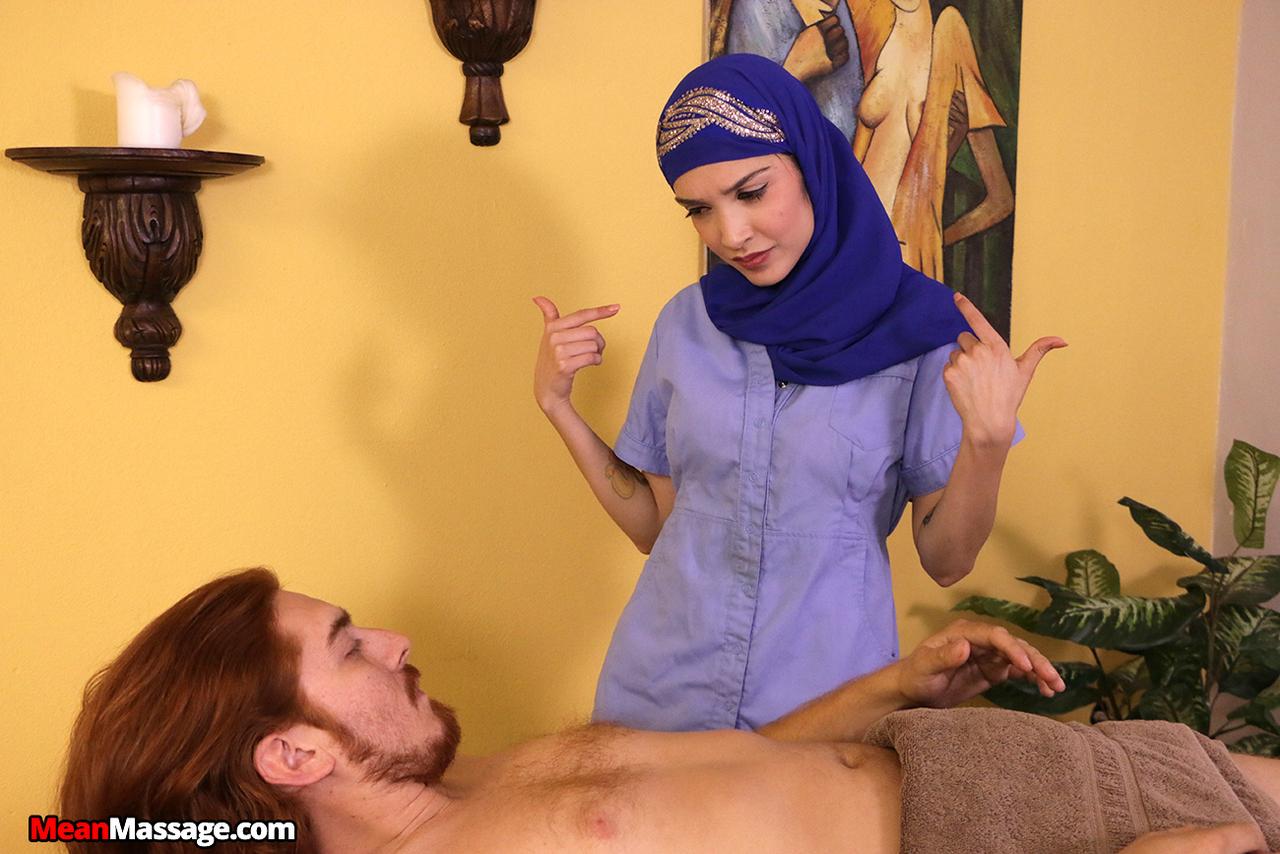 Арабская девушка с улыбкой на лицо ласкает пенис ручками