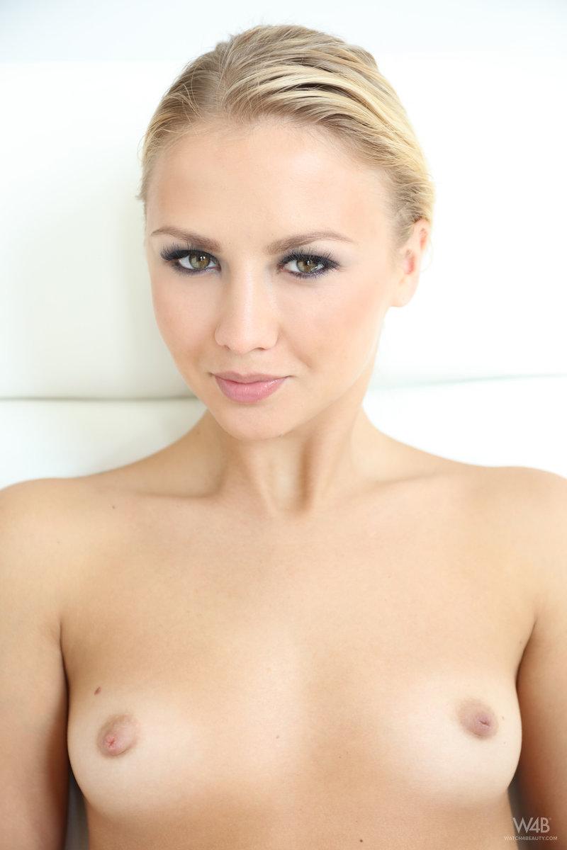 Красивая блондинка показывает загорелое голое тело