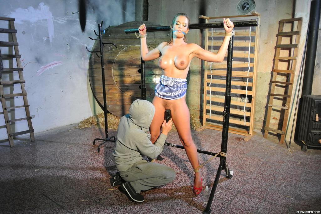 Крепко связанную девушку доводят до оргазма вибратором