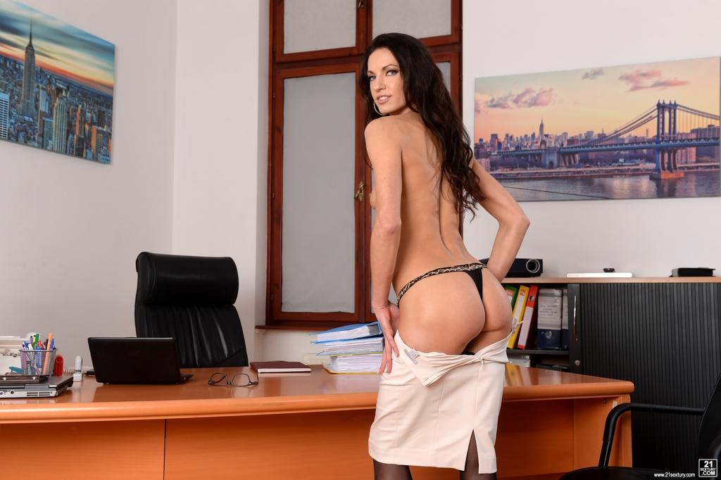 Эффектная и элегантная секретарша позирует на рабочем месте