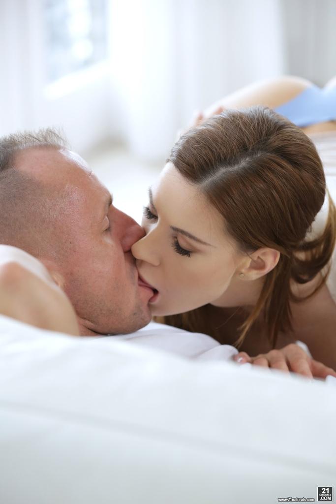 Делает минет и удовлетворяет любимого мужика за считанные минуты