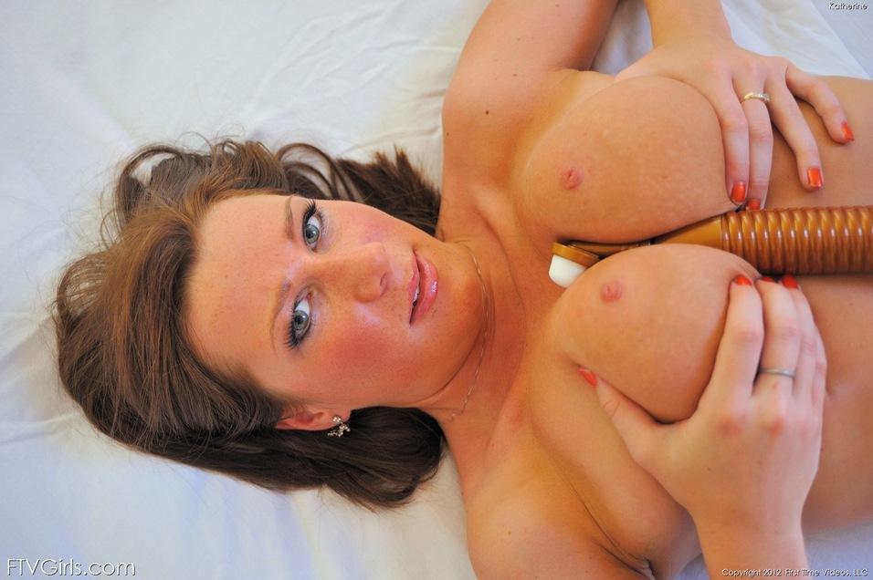 Возбуждающее соло гибкой молодой девушки с натуральной грудью