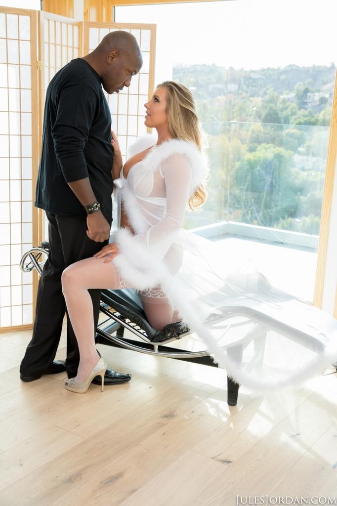 Саманта Сен трахает огромный черный член в белых нейлонах и каблуках