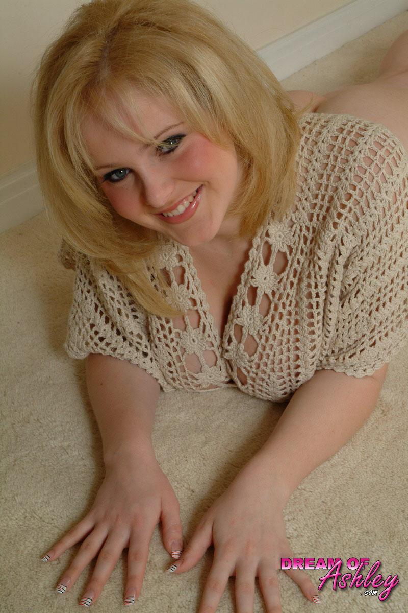 Блондинистая девушка вывалила напоказ огромные сиськи