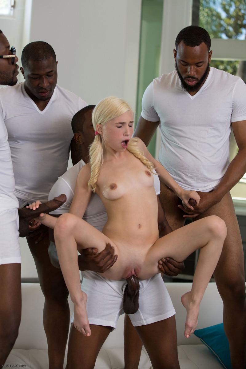 Групповой межрасовый трах хрупкой молодой блондинки