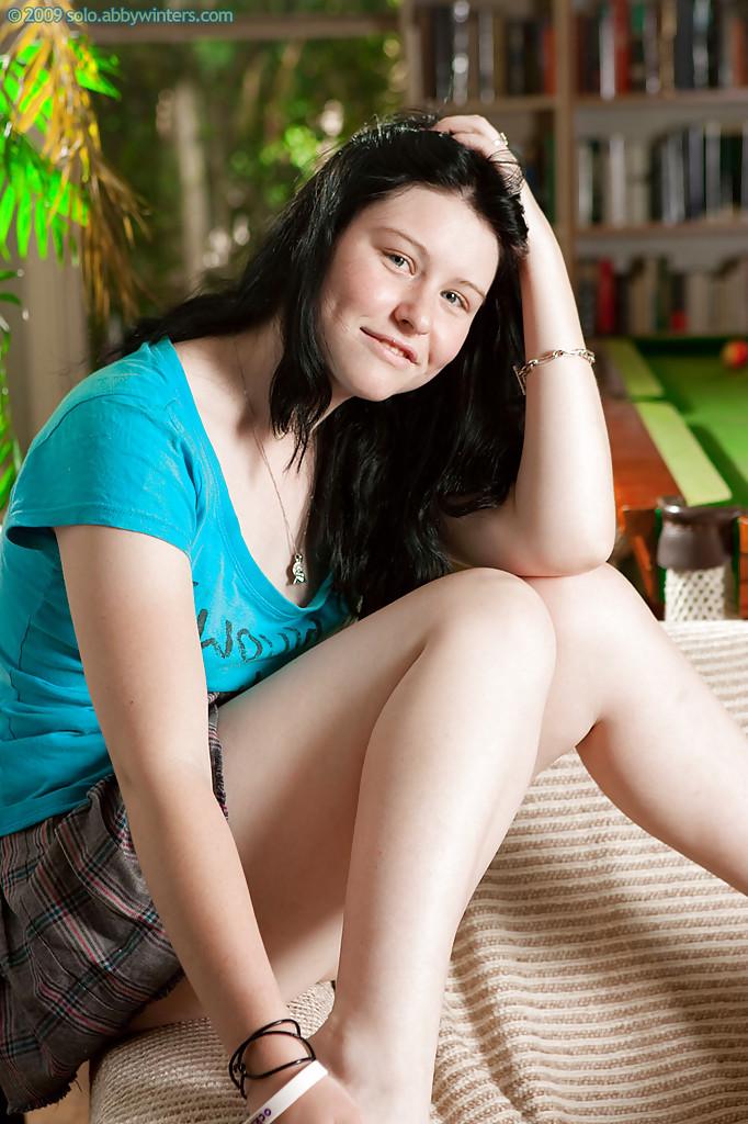 Темноволосая восемнадцатилетняя девка показала мохнатую письку