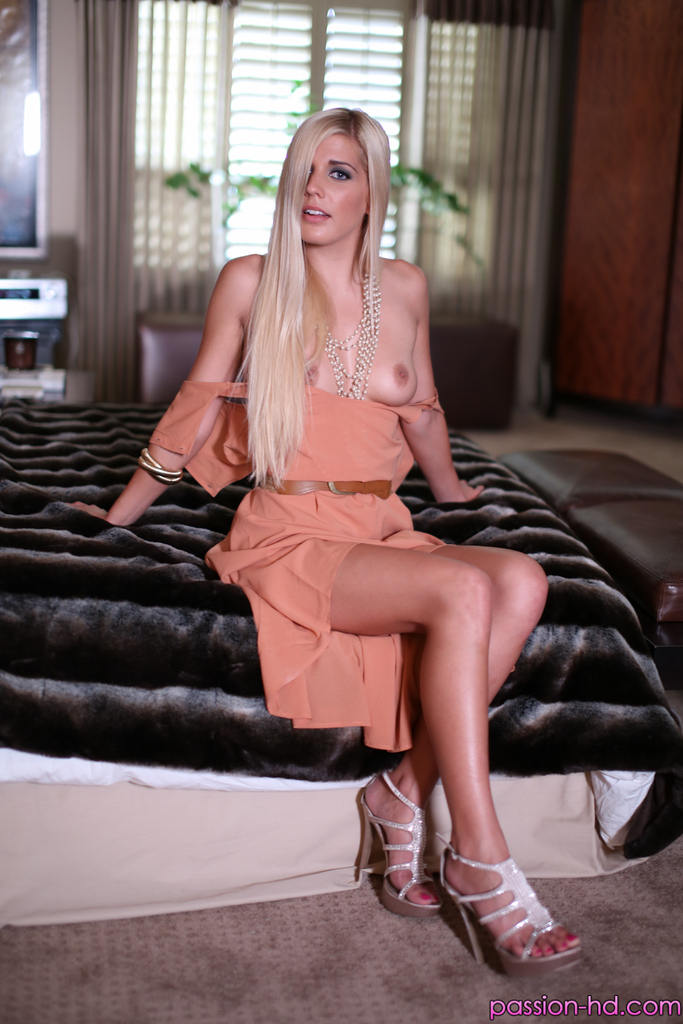 Откровенные фотографии длинноногой блондинистой девушки