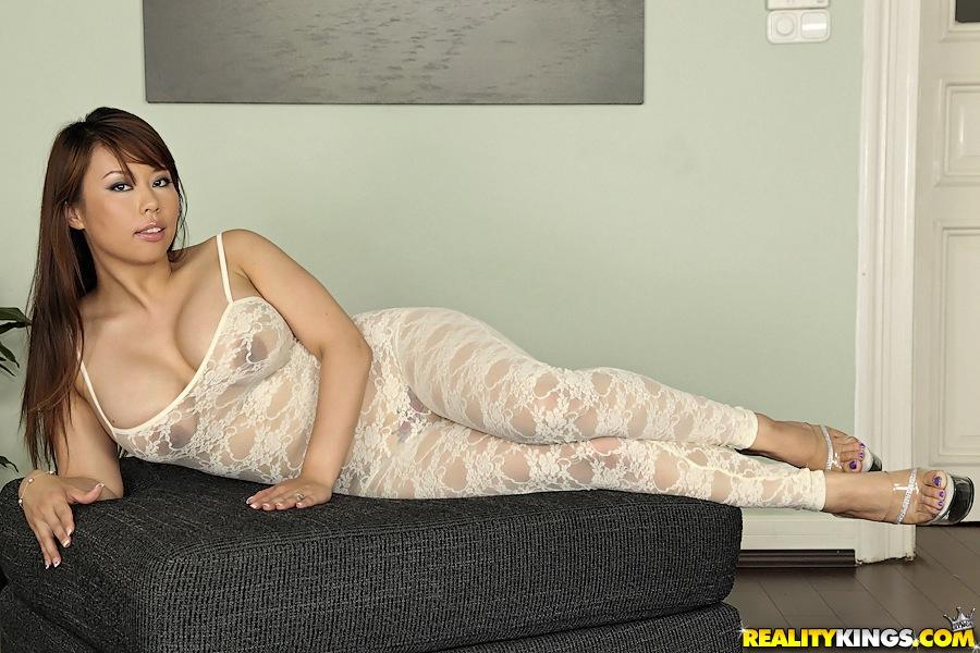 Азиатка в кружевном наряде оголяет соски и письку с пирсингом