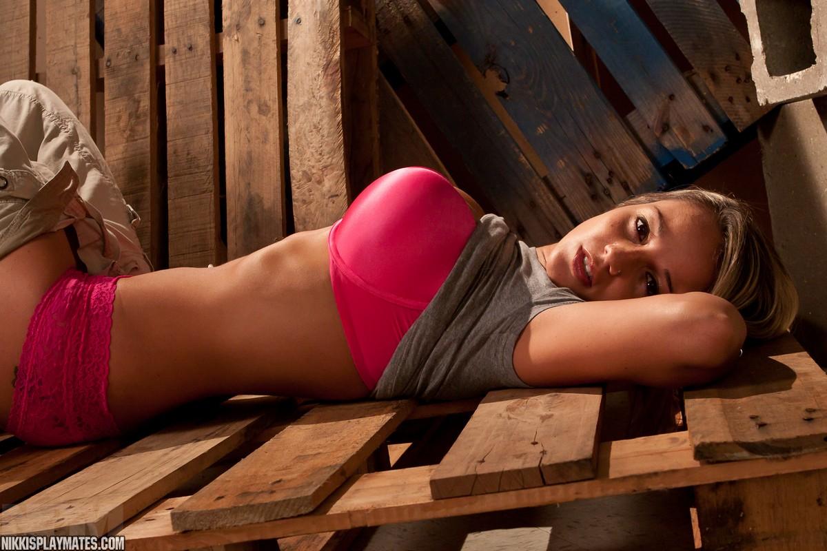 Любительские фото красивой сиськастой девушки Nikki Sims