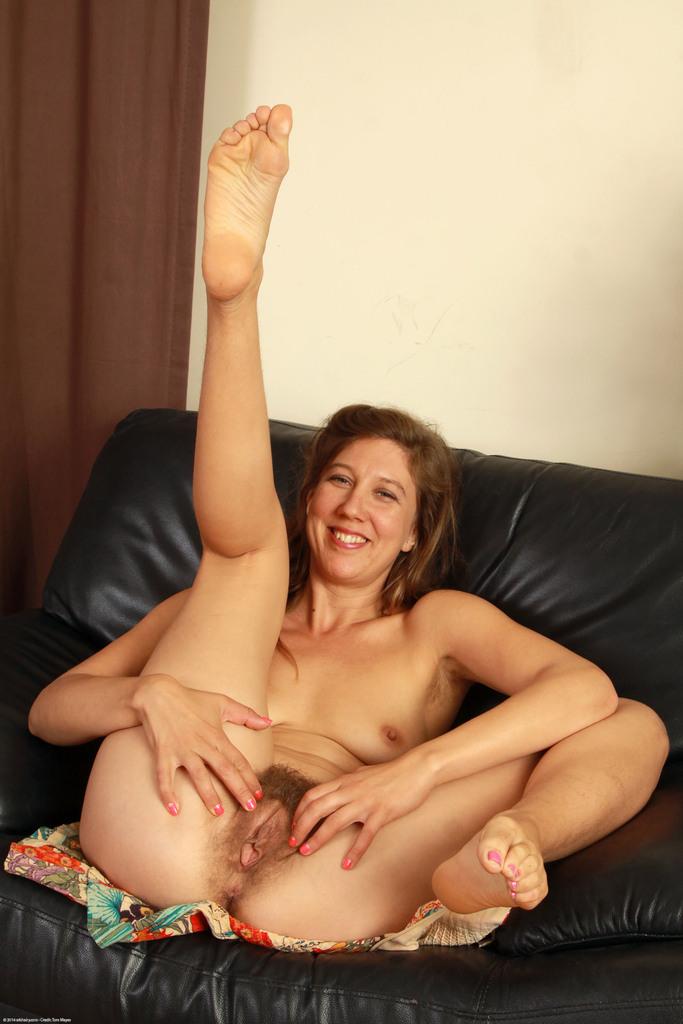 Зрелая женщина раздвигает заросли мохнатой вагины