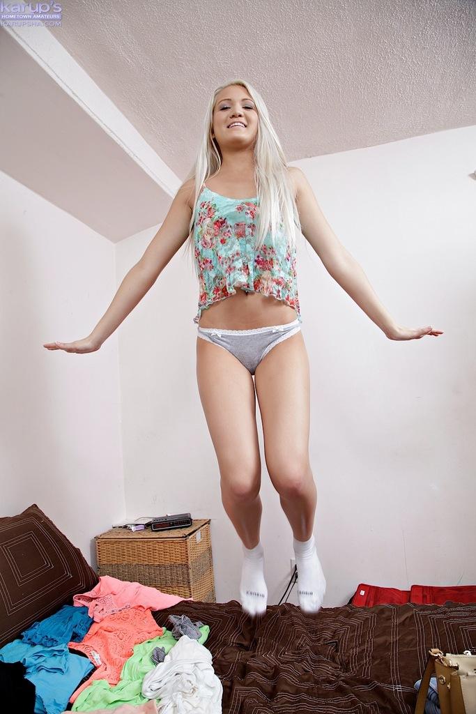 Молоденькая худышка демонстрирует обнаженное тело фотографу